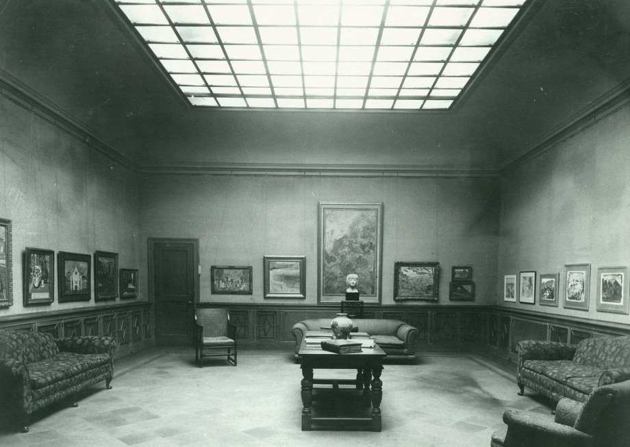 Main Gallery in 1927 with skylight ceiling. Phillips Collection Archives.